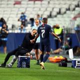 Thomas Tuchel junto a Kylian Mbappé tras sustituir al delantero al minuto 86.