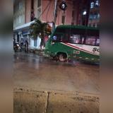 En video | Choque de bus contra un poste en la calle 72 deja tres heridos
