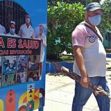 Un hombre con tapabocas camina en una calle en La Habana (Cuba).