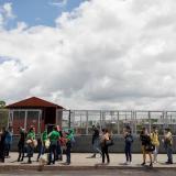 Personas hacen fila el 18 de agosto de 2020 para usar el transporte público, en Caracas (Venezuela).