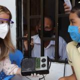 La gobernadora Noguera y una estudiante escuchan una de las clases dictadas a través de la radio.
