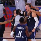 Doncic celebra luego de anotar el triple que le dio la victoria a los Dallas frente a los Clippers.