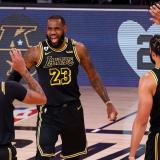 LeBron James celebra con Anthony Davis y McGee