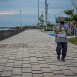 Un hombre realiza ejercicio haciendo uso del tapaboca en el Gran Malecón del Río.