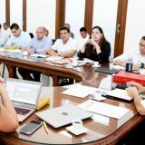 El gobernador Caicedo durante una reunión con miembros de su gabinete.