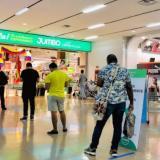 Clientes hacen fila en el centro comercial Caribe Plaza.