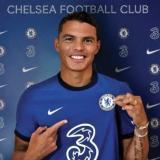 Thiago Silva posa con la camiseta del Chelsea.