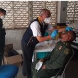 Un policía se somete a la prueba de COVID-19 en Achí, como lo hicieron otros miembros de fuerza pública.