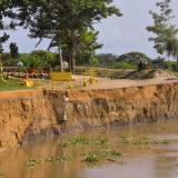 La imagen muestra la erosión que deja el río Magdalena en la vía entre Salamina y El Piñón.