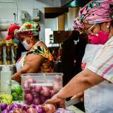 Fidel Castro, director Culinario del Punto Multiple orienta a las hacedoras sobre la preparción.