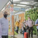 El alcalde William Dau dio la bienvenida a los viajeros del primer vuelo comercial que aterrizó este martes a las 9:35 a.m. al aeropuerto Rafael Núñez.