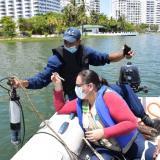 La ingeniera química Margareth Peña en la toma de muestras en El Laguito.