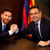 Lionel Messi y Josep Maria Bartomeu, presidente del Barcelona.