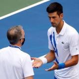 Novak Djokovic trató de explicar su caso ante el juez principal pero fue descalificado de la competencia.