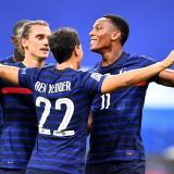 Griezmann celebra junto a Ben Yedder y Martial uno de los tantos de Francia.
