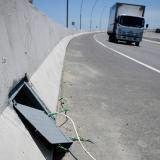 En uno de los tramos del puente se observa el hurto de cables en las luminarias.