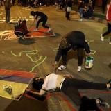 Un grupo de jóvenes pinta las calles del barrio Verbenal como protesta por la muerte de manifestantes en Bogotá.