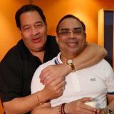 Gilberto Santa Rosa en compañía del también salsero Tito Nieves.