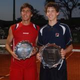 Dominic Thiem, vestido de azul, recibe el trofeo de campeón del Circuito Mundial Juvenil de Tenis.