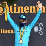 Miguel Ángel López celebró en el podio su triunfo en la etapa 17 del Tour.