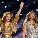 Shakira y Jennifer Lopez al final de su presentación en el Super Bowl LIV.