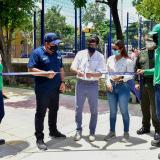 El alcalde Jaime Pumarejo corta la cinta del parque en La Ciudadela 20 de Julio.