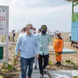 El presidente Iván Duque y el alcalde William Dau en la visita que hicieron a Playa Azul, en La Boquilla.