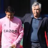 Carlo Ancelotti y James Rodríguez, al final del encuentre entre Everton y West Bromwich.