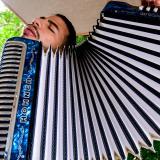 Juan Antonio Sajona Bolaño cuenta que aprendió a tocar el acordeón a los 8 años. Hoy tiene 22.