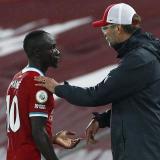 Sadio Mané, delantero de Liverpool, y Jürgen Klopp, director técnico de los 'Reds'.