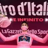 El italiano Filippo Ganna en lo más alto del podio de la primera etapa del Giro.