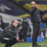 Marcelo Bielsa y Pep Guardiola, dando indicaciones desde la zona técnica.