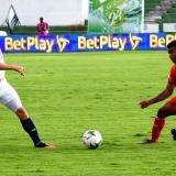 Leonardo Pico tratando de respaldar una jugada ofensiva.