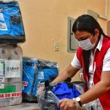 Johana Bueno, directora del Dadis, revisa el material enviado por la OMS.