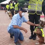 El alcalde William Dau saluda a uno de los 34 perros homenajeados.