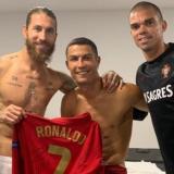 Sergio Ramos publicó esta imagen junto a Cristiano Ronald y Pepe, con quienes compartió en el Real Madrid.