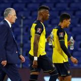Gustavo Alfaro se retira con la desazón de la derrota en el debut como entrenador de Ecuador.