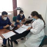 Un grupo de funcionarios de Cimedical revisa información de los voluntarios.
