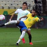 Neymar fue titular en el combinado brasileño pese a los dolores de espalda que acarrea.
