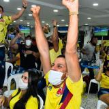 Un grupo de aficionados celebra un gol en un estadero ubicado en el sur de la ciudad de Barranquilla.