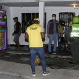 Miembros de la Policía ordenan apagar una fiesta.
