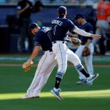 Brandon Lowe y Willy Adames celebran el triunfo ante los Astros de Houston.