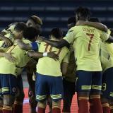 Los jugadores de Colombia en una última charla antes del comienzo del juego ante Venezuela en el estadio Metropolitano.