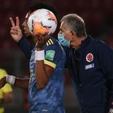 Carlos Queiroz dando indicaciones en el juego entre Colombia y Chile. A su lado, Johan Mojica.