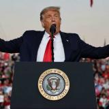 """Trump pide vencer a la """"izquierda radical"""" en su mitin electoral el Florida"""