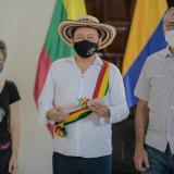 En video | Dau condecora a rey vallenato a ritmo de acordeón