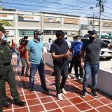 El alcalde Pumarejo junto a miembros de su gabinete durante el recorrido.