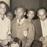 Victor Ephanor, Pelé y Walberto Maya con uno de sus hijos.