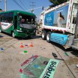 Choque entre bus y camión: una joven herida