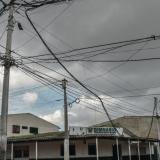 Aspecto del cableado de energía eléctrica en una calle del barrio Las Nieves.
